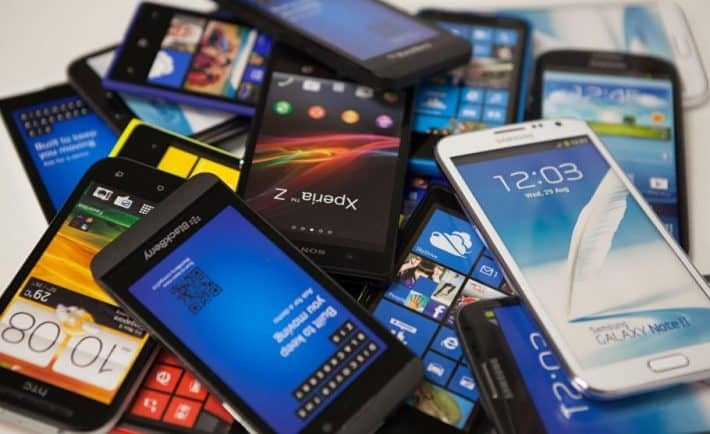 diversos smartphones em uma pilha