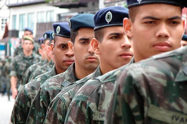 c47b17fe06210 Você sabe por que os soldados usam boinas