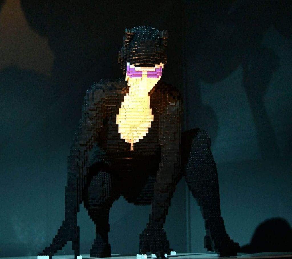 the-art-of-the-brick-a-arte-em-lego-por-nathan-sawaya-tricurioso-catwoman-mulher-gato