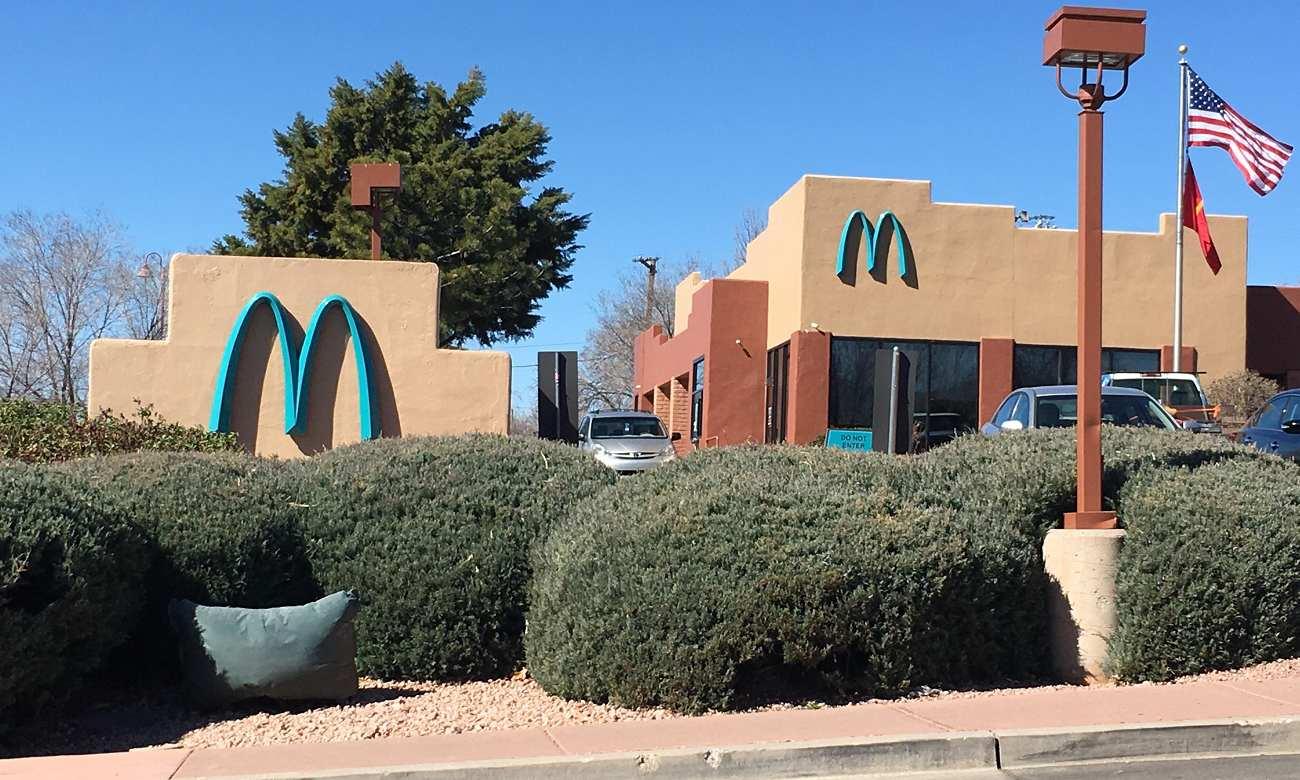 Você sabia que a McDonald's tem uma loja com a logo azul?