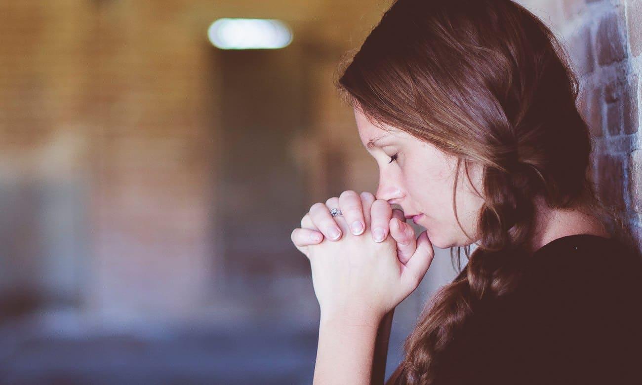 Qual a diferença entre oração e reza?
