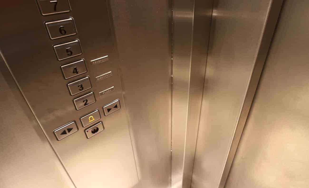 Vista interna de um elevador
