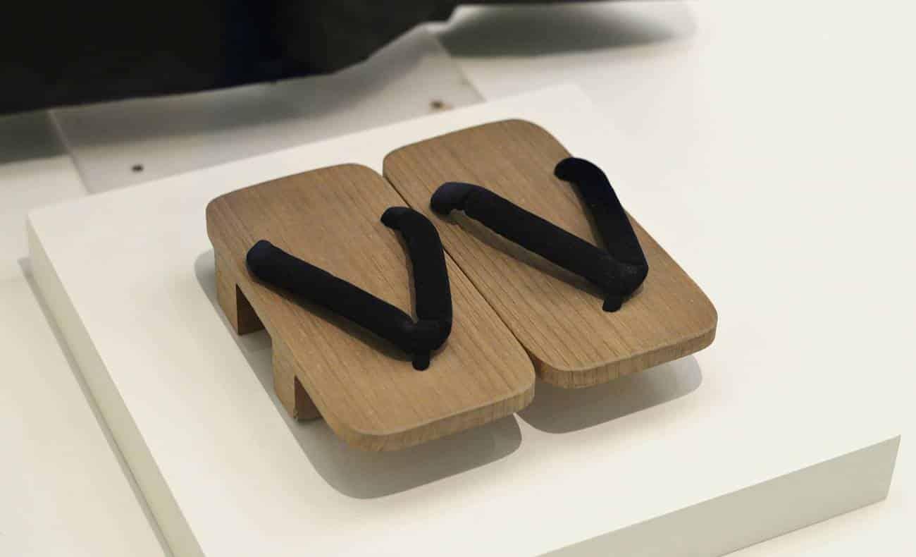 chinelos de madeira