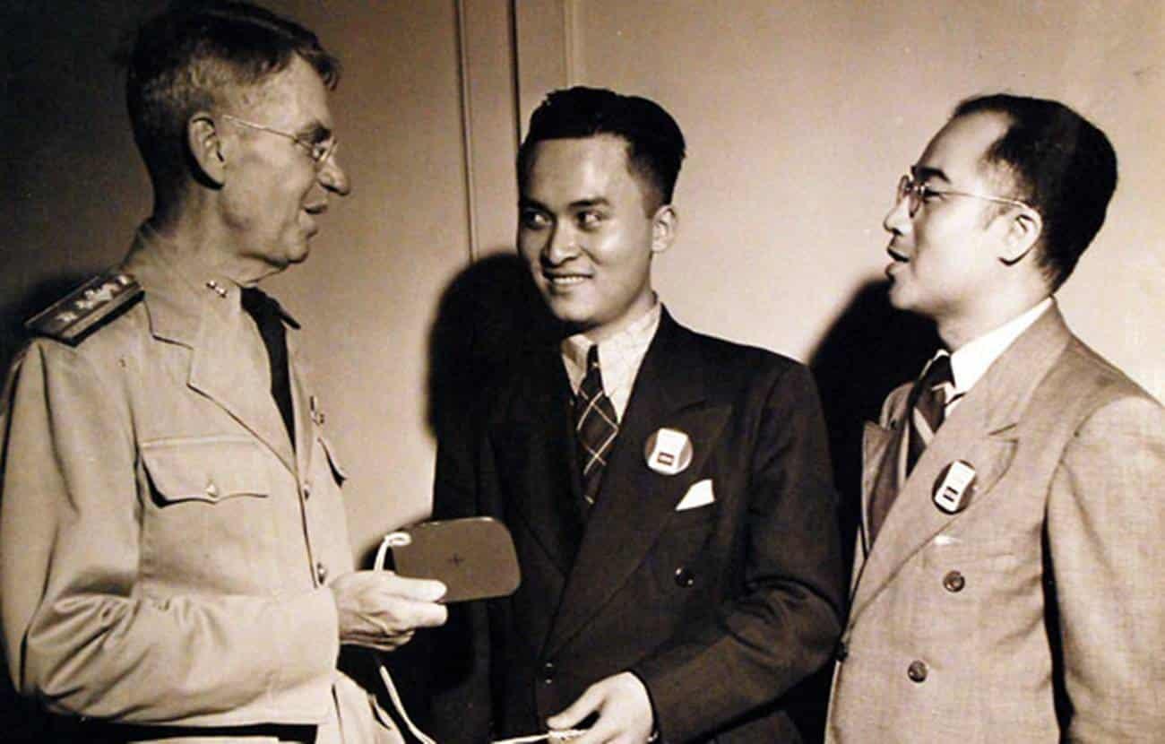 Poon Lim sendo condecorado