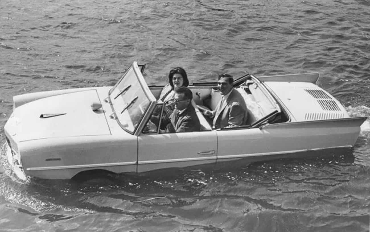 Carro anfíbio na água