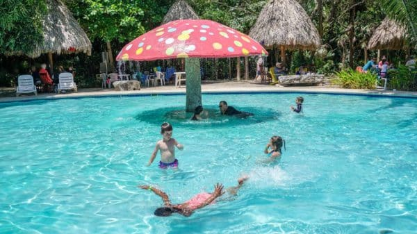 Pessoas em piscina