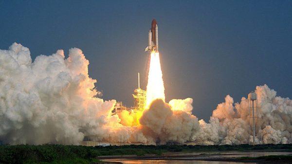 Por que os foguetes decolam na vertical
